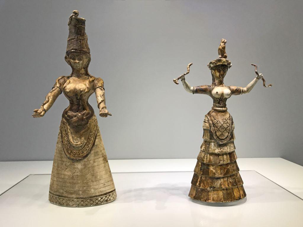 Estatuillas de hacia 1600 a.C con la representación de las diosa de las serpientes conservadas en el Museo de Heraklion